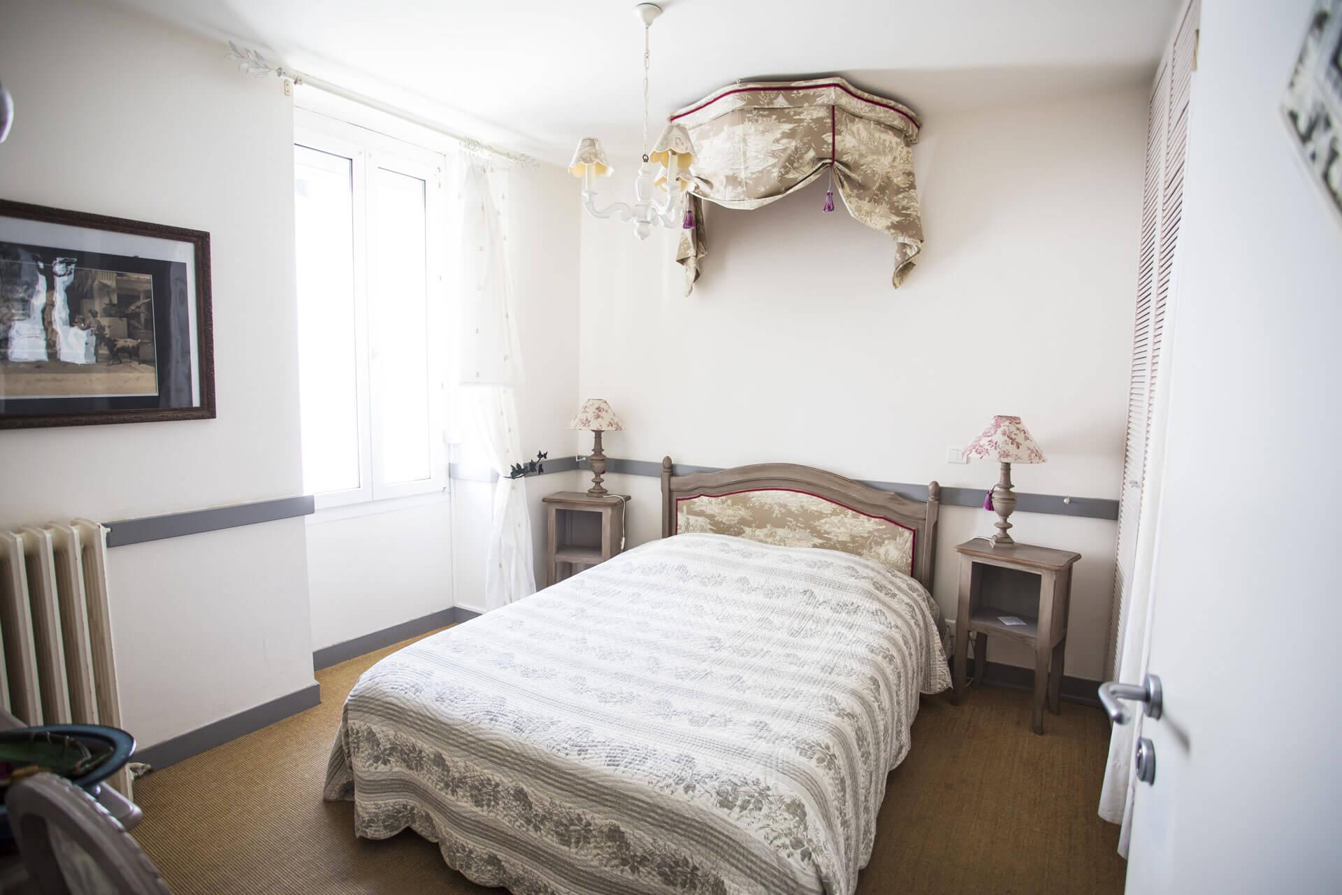 Chambre d'hôtel avec lit à baldaquin